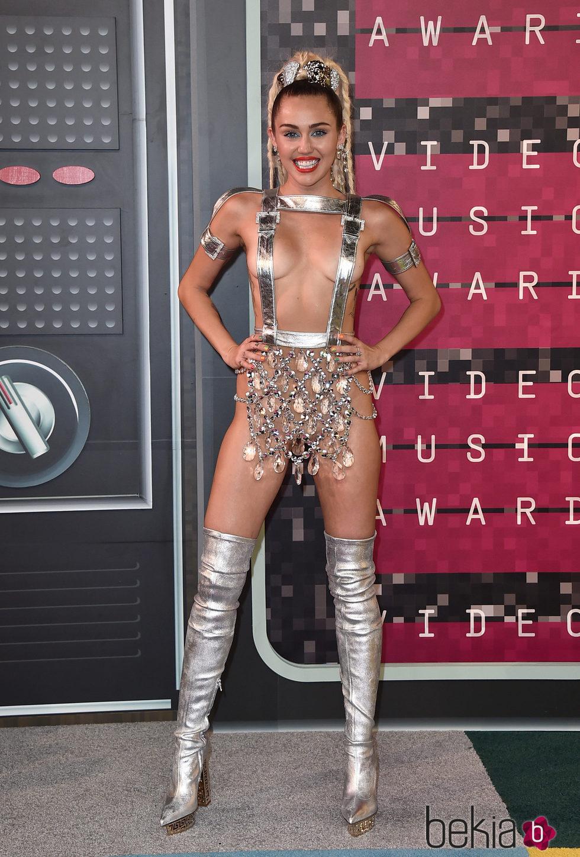 Miley Cyrus en la alfombra roja de los Video Music Awards 2015
