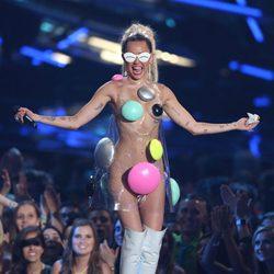 Miley Cyrus dejando poco a la imaginación en los Video Music Awards 2015