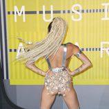 Miley Cyrus de espaldas en la alfombra roja de los Video Music Awards 2015