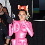 Miley Cyrus fumando en el backstage de los Video Music Awards 2015