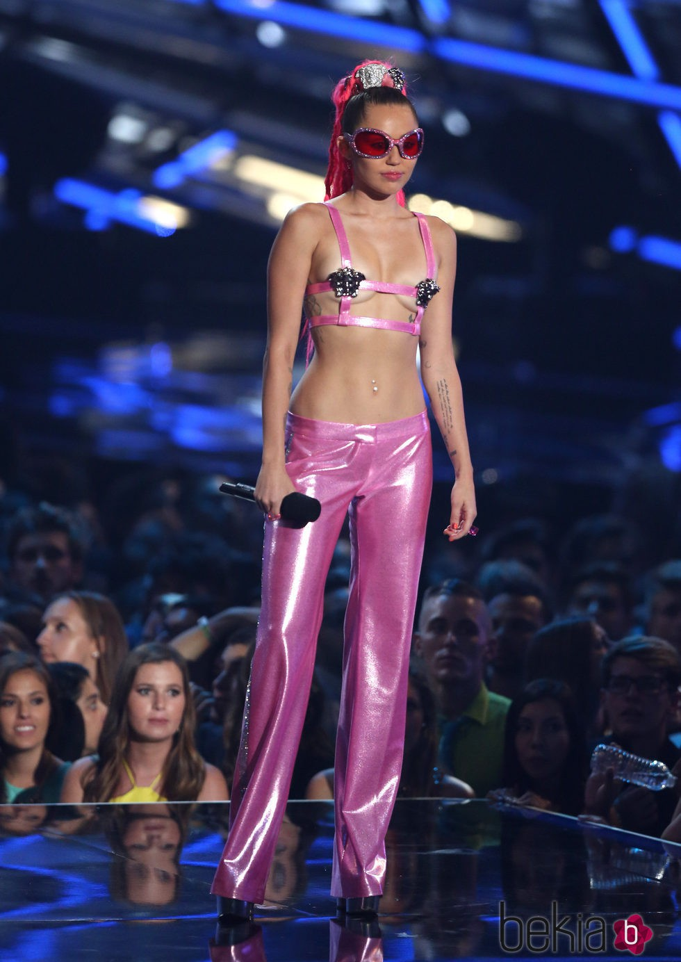 Miley Cyrus con un look fucsia en los Video Music Awards 2015