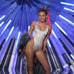 Miley Cyrus con un body plateado en los Video Music Awards 2015