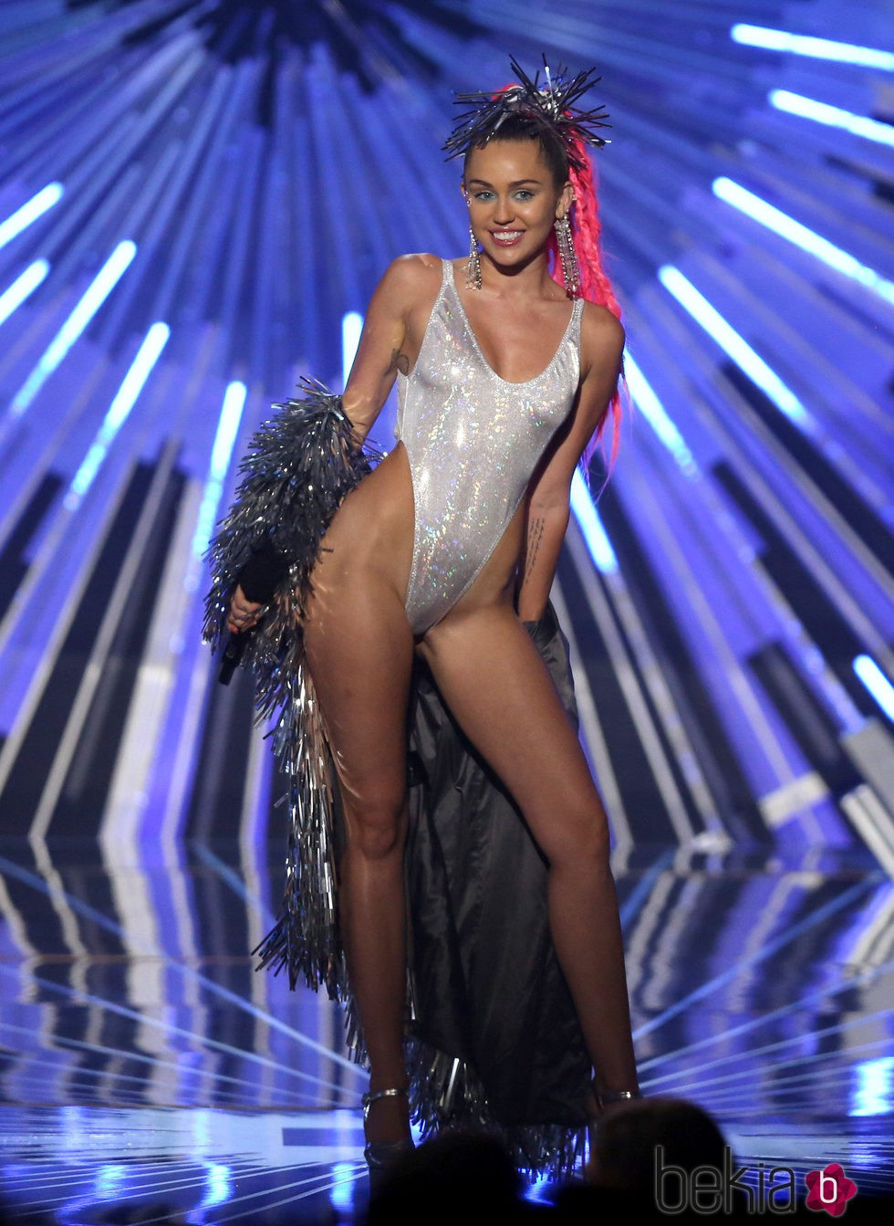 Miley Cyrus con un body plateado en los Video Music Awards 2015