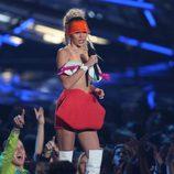 Miley Cyrus con una falda con forma de labios en los Video Music Awards 2015