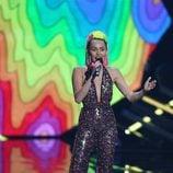 Miley Cyrus con un jumpsuit de lentejuelas en los Video Music Awards 2015