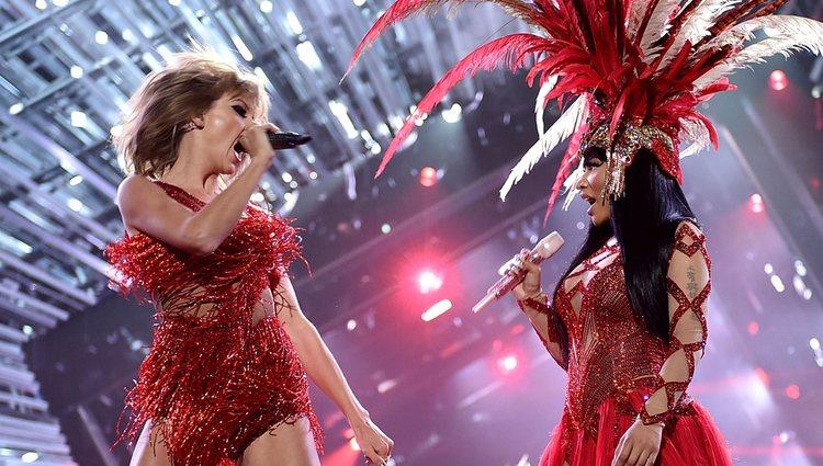 Nicki Minaj y Taylor Swift cantando juntas en los Video Music Awards 2015