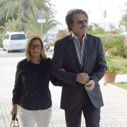 María Teresa Campos y Bigote Arrocet en el funeral de Araceli Campos