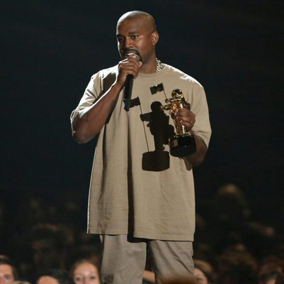 Kanye West recogiendo un galardón honorífico en los Video Music Awards 2015