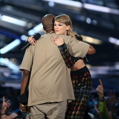 Kanye West y Taylor Swift abrazándose en la entrega de los Video Music Awards 2015