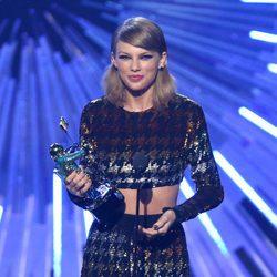 Taylor Swift con su galardón en los Video Music Awards 2015