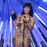 Nicki Minaj recogiendo su premio en la gala de los Video Music Awards 2015