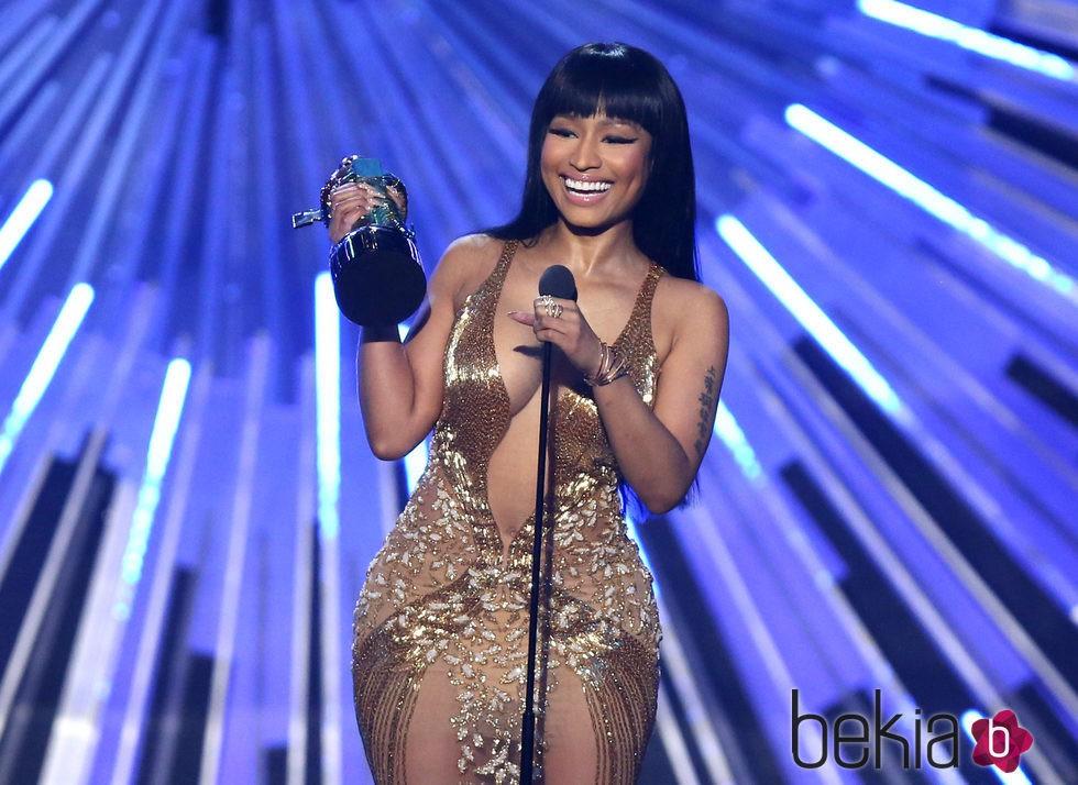 Nicki Minaj recogiendo su premio en la gala de los Video Music Awards 2015