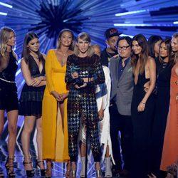 Taylor Swift acompañada por sus amigas en la recogida de su premio en los Video Music Awards 2015