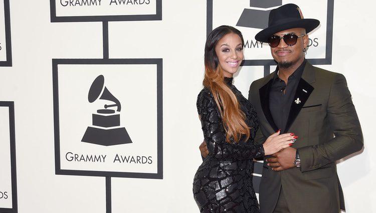 Neyo y su chica Cristal Renay en los Grammy Awards