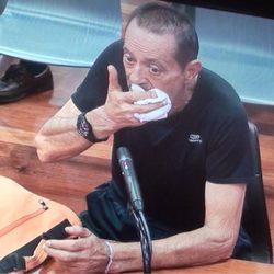 Julián Muñoz secándose la boca con un pañuelo mientras declara ante el juez
