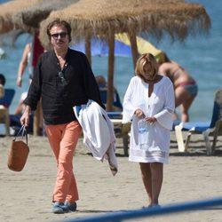 María Teresa Campos y Bigote Arrocet cabizbajos en una playa de Málaga