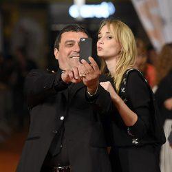 Ingrid García Jonsson y Paco Tous haciéndose un selfie en el estreno de 'Apaches' en el FesTVal de Vitoria 2015