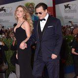 Johnny Depp y Amber Heard llegando cogidos de la mano al estreno de 'Black Mass' en la Mostra 2015