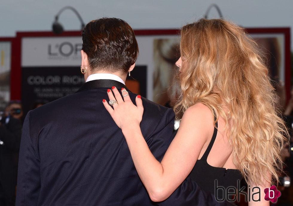 Johnny Depp y Amber Heard abrazados en el estreno de 'Black Mass' en la Mostra 2015