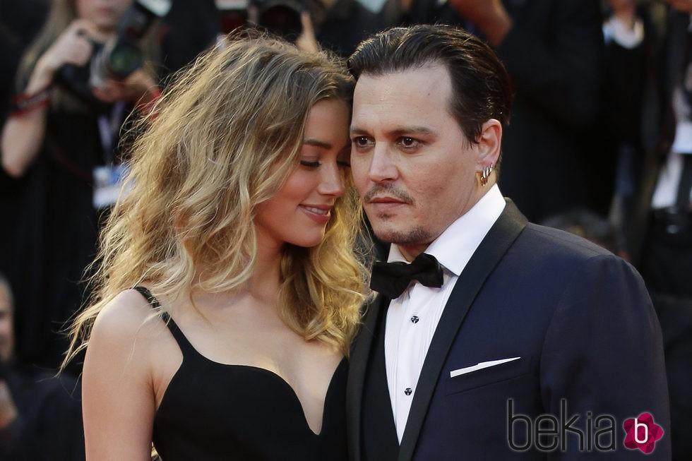 Johnny Depp y Amber Heard muy cariñosos en el estreno de 'Black Mass' en la Mostra 2015