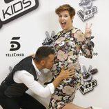 Jesús Vázquez besando la barriguita a Tania Llasera en la presentación de la 'La Voz Kids 2'
