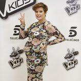 Tania Llasera luciendo embarazo en la presentación de la 'La Voz Kids 2'