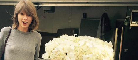 Taylor Swift posa con las flores que le ha regalado Kanye West