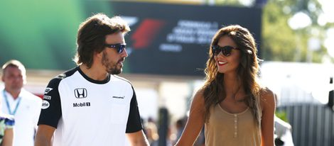 Fernando Alonso y Lara Álvarez cogidos de la mano en el GP de Italia 2015