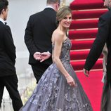 La Reina Letizia con un vestido de Felipe Varela en la boda de los Duques de Cambridge