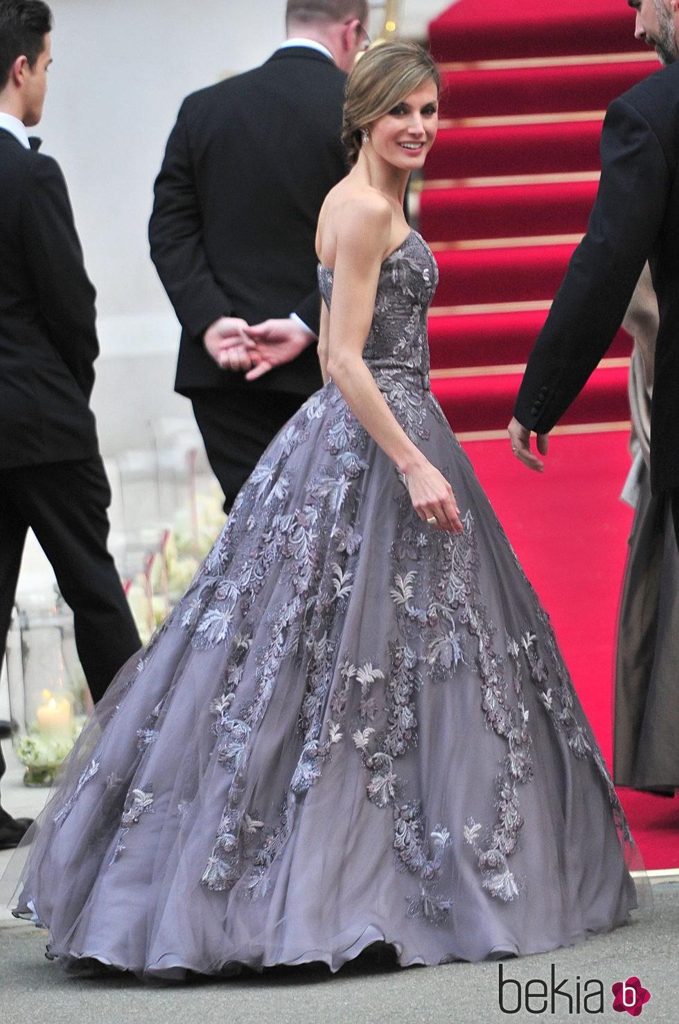 78607_reina-letizia-vestido-felipe-varela-boda-duques-cambridge.jpg