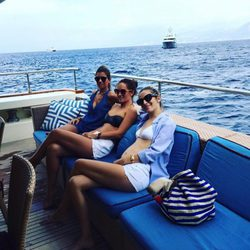 Carlota Ruiz, Marta Ponsati y Nagore Aranburu a bordo de un barco en alta mar