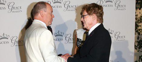 Alberto de Mónaco charla con Robert Redford en los Premios Princesa Grace en Mónaco