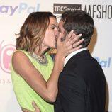 Laura Sánchez y David Ascanio besándose en el desfile de Bloomers en Madrid Fashion Show