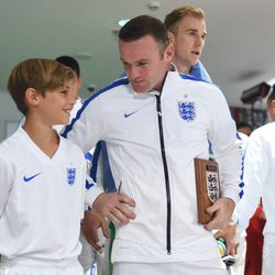 Romeo Beckham con Wayne Rooney antes el partido Inglaterra-Suiza