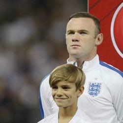 Romeo Beckham con Wayne Rooney en el Wembley Stadium