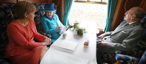 La Reina Isabel y el Duque de Edimburgo con la Primera Ministra de Escocia en un tren