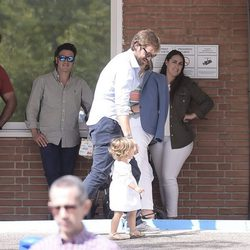 Olivia Varo va al hospital con su padre Rosauro Varo a conocer a su hermanito