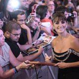 Penélope Cruz atiende a sus fans en el estreno de 'Ma ma'