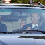 Los Reyes Felipe y Letizia llevando a la Princesa Leonor y la Infanta Sofía al colegio