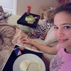 Luisana Lopilato junto a su hija Noah desayunando