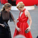 Diane Kruger colocando el vestido a Elizabeth Banks en la clausura de la Mostra 2015