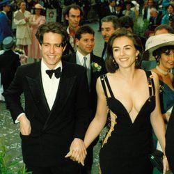 Liz Hurley y Hugh Grant en la alfombra roja en la década de los 90