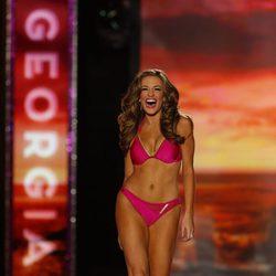 Betty Cantrell desfila con un bikini rosa en Miss América 2016