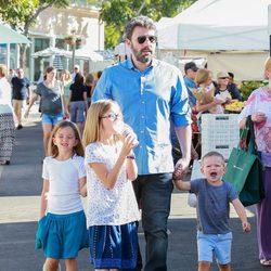 Ben Affleck junto a sus tres hijos pasando un día familiar