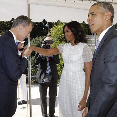 El Rey Felipe saluda a Michelle Obama junto a Barack Obama en su viaje oficial a Estados Unidos