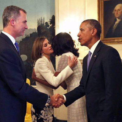 Los Reyes Felipe y Letizia saludan a Barack y Michelle Obama en la Casa Blanca en su viaje oficial a Estados Unidos