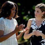 Michelle Obama y la Reina Letizia charlan en los jardines de la Casa Blanca