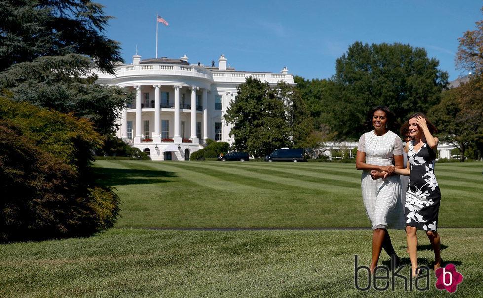La Reina Letizia y Michelle Obama, muy cómplices en los jardines de la Casa Blanca