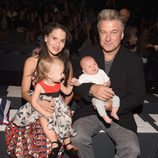 Alec Baldwin e Hilaria Thomas con sus hijos en el front row de la Nueva York Fashion Week primavera/verano 2016