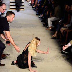 Candice Swanepoel se cae desfilando para Givenchy con la colección primavera/verano 2016 en Nueva York Fashion Week